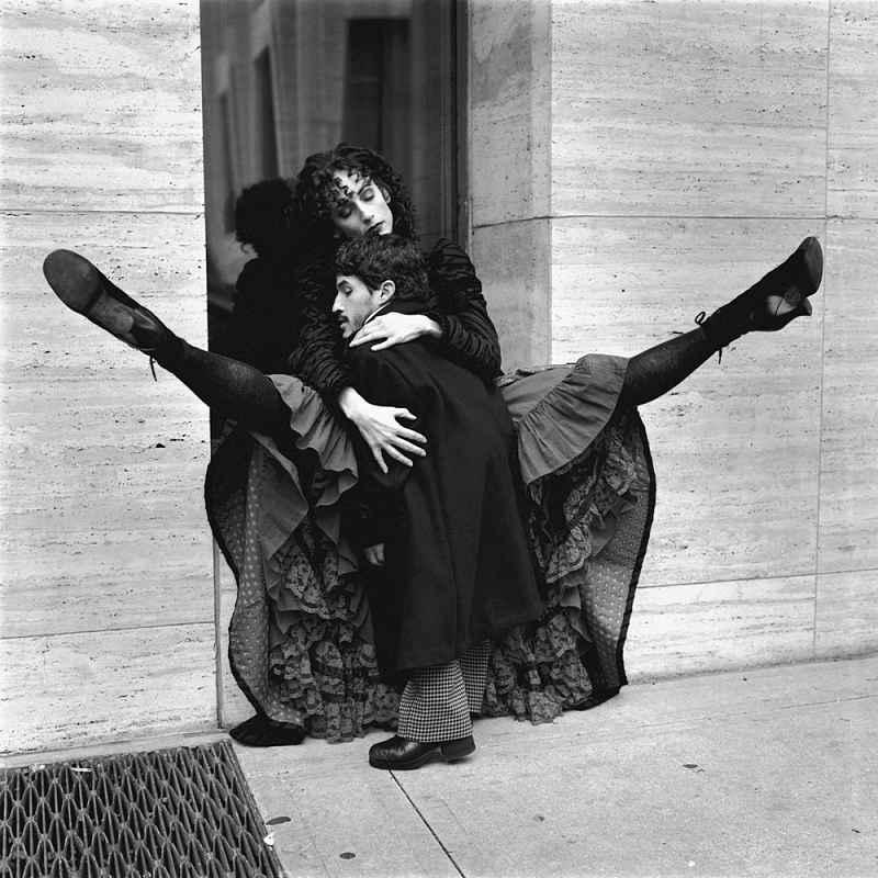 Diane Arbus donna per strada con nano