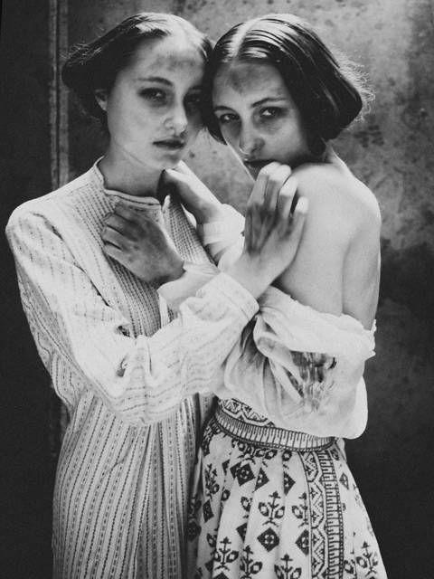 Diane Arbus ritratto a due donne in un abbraccio