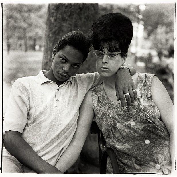 Diane Arbus ritratto di coppia nel parco a New York
