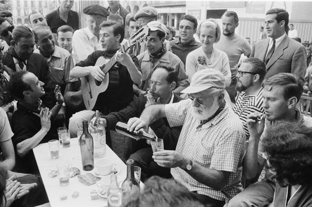 ernest hemingway al tavolo con amici e vino