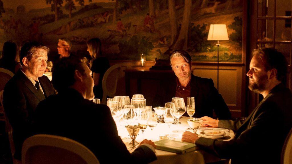 Mads Mikkelsen in un altro giro di Vinterberg al tavolo con gli amici