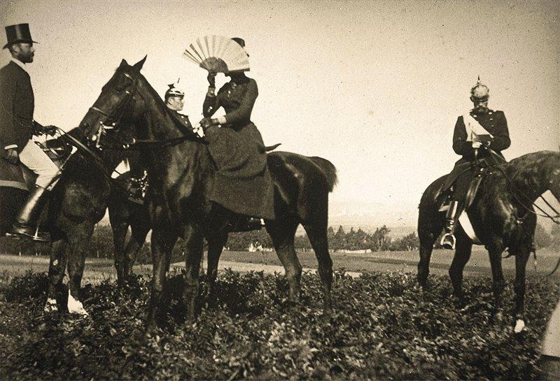 Elisabetta Sissi d'Austria a cavallo con ventaglio