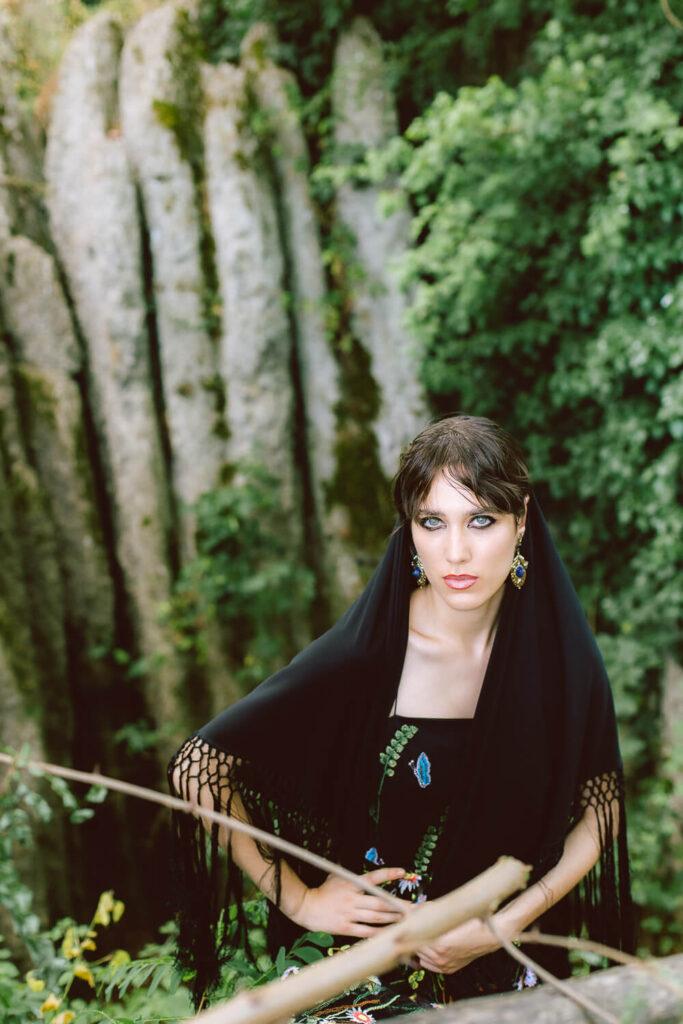 Casa Lucina abito nero in parco naturale fashion editorial