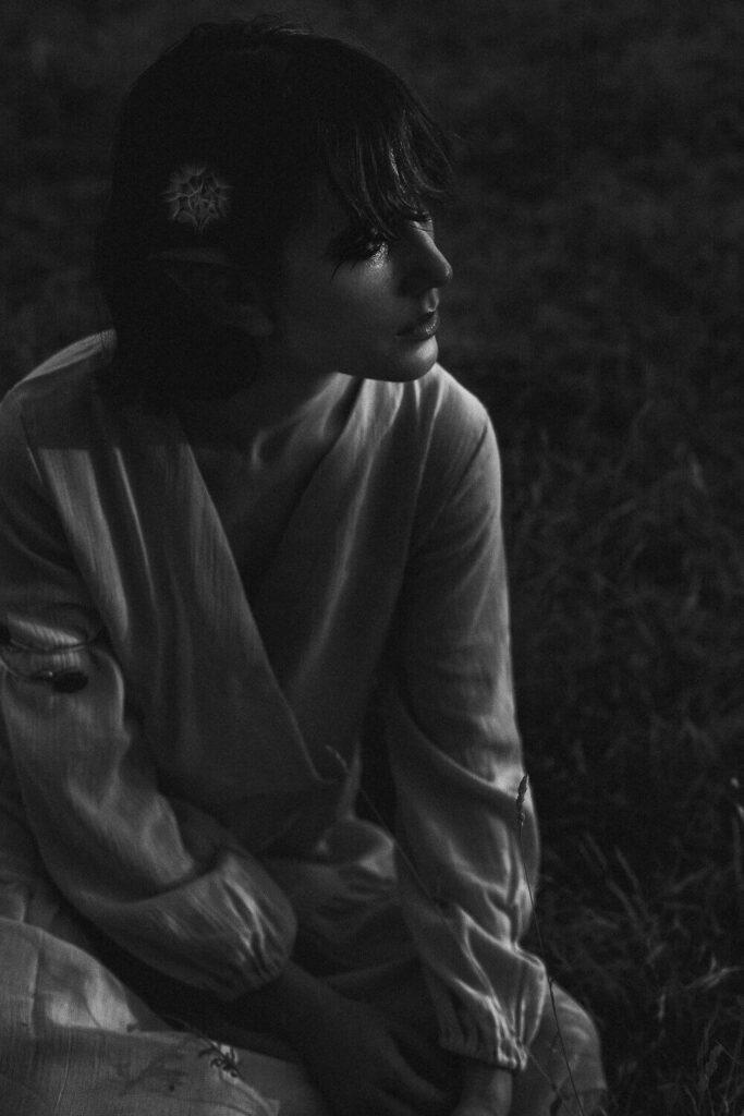 modella in bianco e nero con tunica bianca fotografia low key