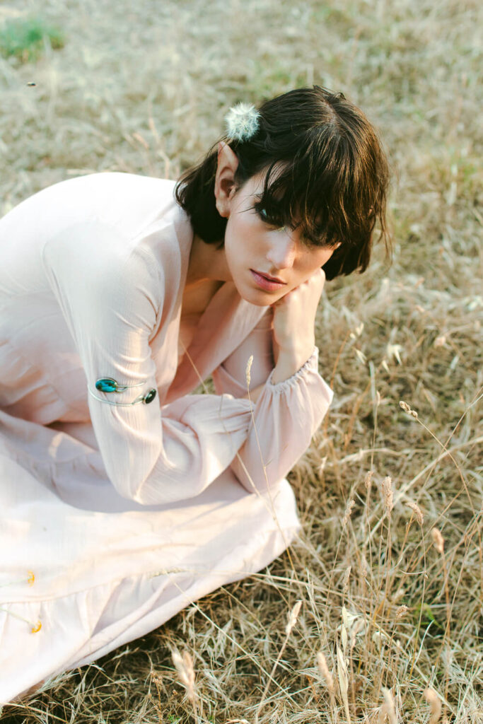 Modella con abito bianco fashion editorial ispirazione vintage