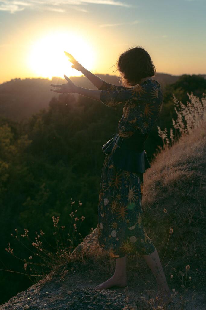 modella danzando al tramonto in controluce